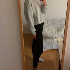 trendiga byxor med funkade dragkedjor på vaden ⚡️ använda fåtal gånger och har inga synliga fläckar:) byxorna är strl 34 men passar även mig som brukar ha 36. frakt tillkommer.