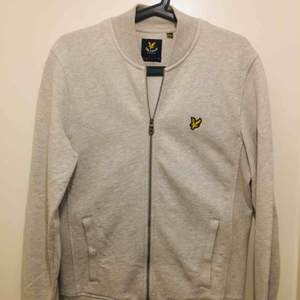 Lyle & Scott tröja. Aldrig använd. Helt ny. Kan mötas upp eller leverera till dörren ifall man bor nära kista.