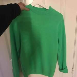 Jätte snygg och cool neon grön stickad tröja. (Sticks inte) (färgen syns inte i kameran men den är värkligen neon) från asos använd ca 2 gånger