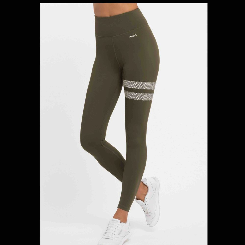 Säljer dessa superfina slutsålda stronger tights i modell pangea strl M! Köpte för 699 kr men säljer för 250 kr inkl frakt💖 Skriv för egna bilder!!. Jeans & Byxor.