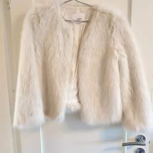 Vit faux fur jacka från Mango i strl XS. Mycket bra skick!