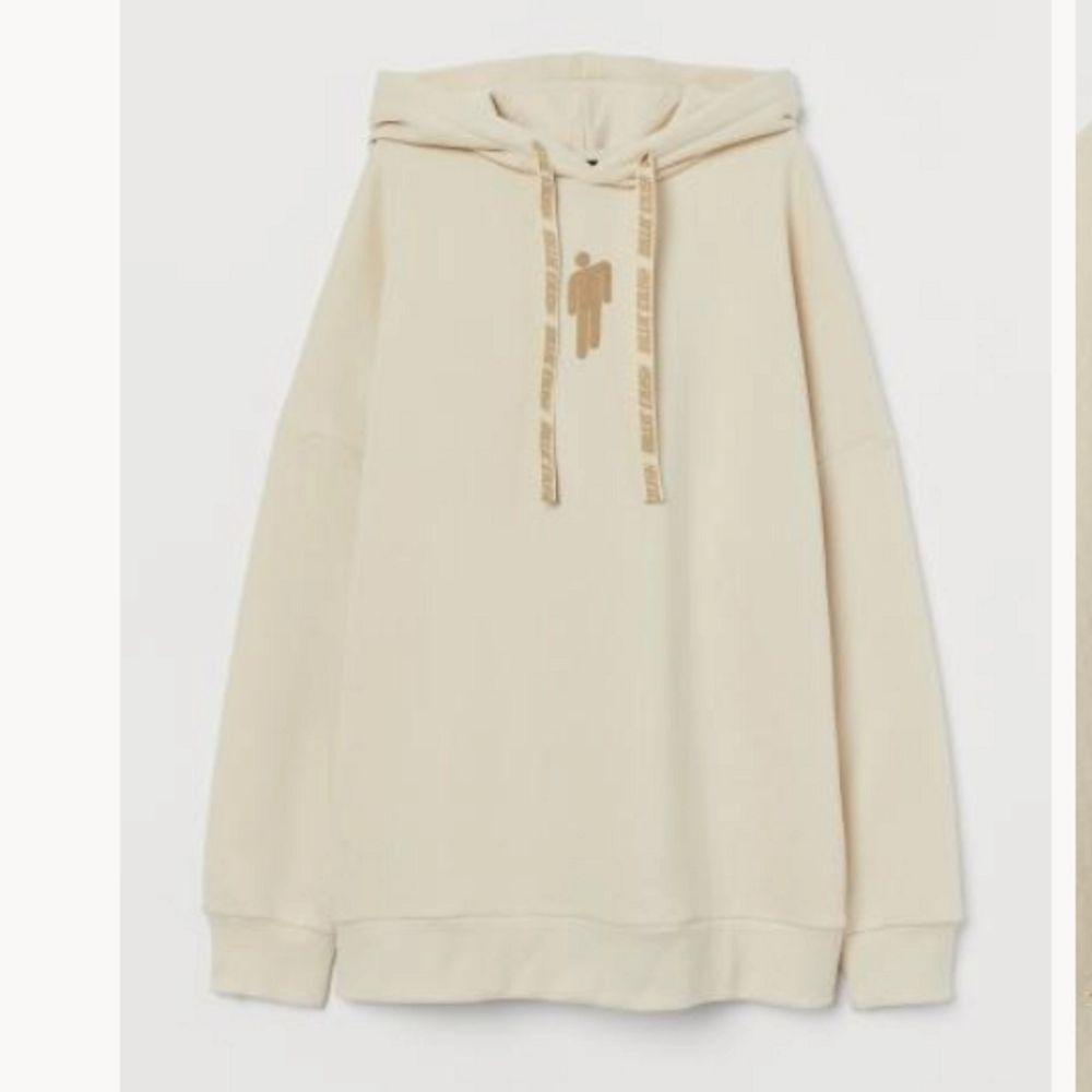har denna Billie eilish tröja som bara använts någon gång, den är slutsåld och går ej o köpa längre, den ska vara oversized men ja har klippt den så den är som.en vanlig hoodie typ, bilder kan skickas. Huvtröjor & Träningströjor.