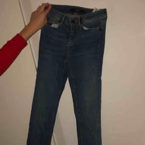Säljer ett par skit snygga blåa tajta jeans pga att dom inte kommer till användning (aldrig använda) det är lite mörkare nyans på Jeansen, dom sitter tajt och snyggt  (Frakt ingår ej)