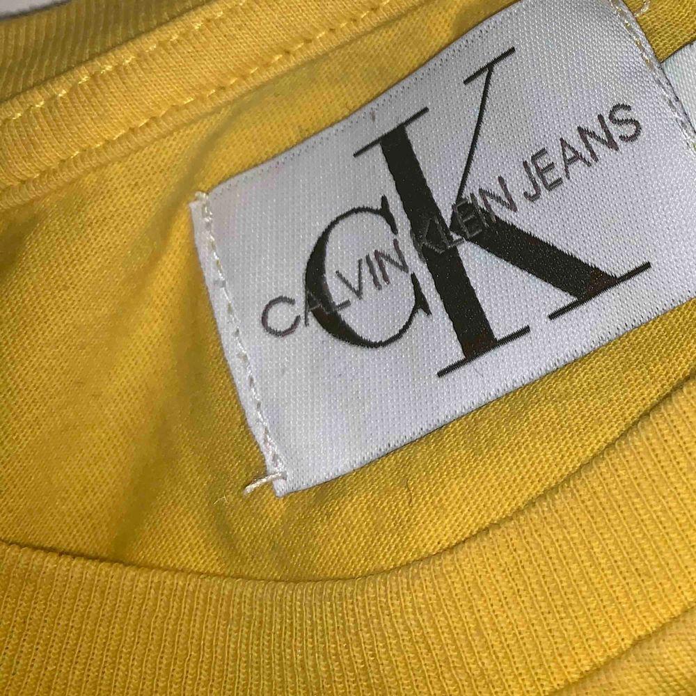 """Sitter lite tajt på mig som har en M tror nog S passar bättre eller """"liten"""" m. Ny pris låg på 399kr.. T-shirts."""