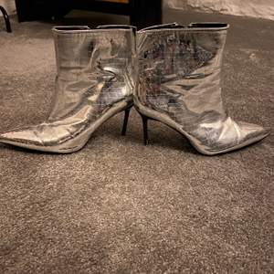 Skor från berska storlek 38. sköna att ha på sig!!!! Kan knappt gå i klackar men kan gå i dessa en hel utekväll