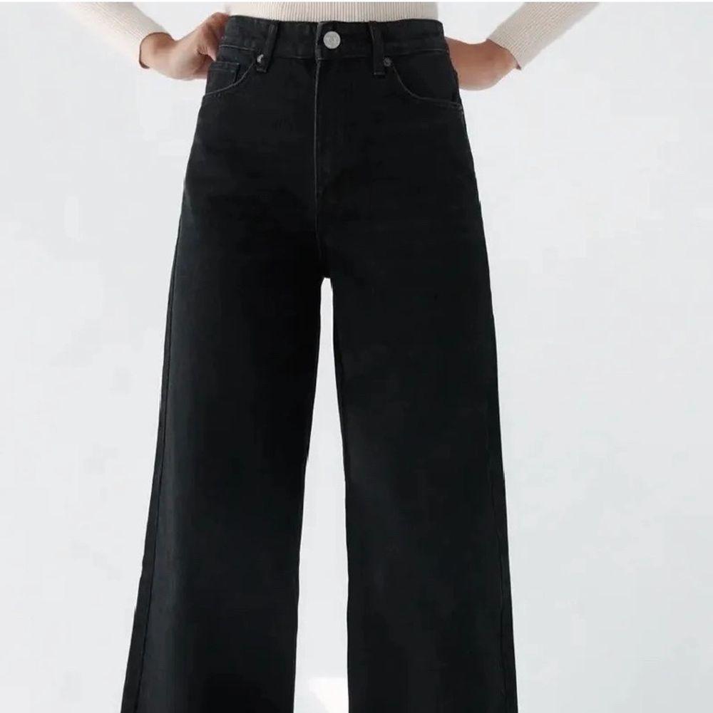 Hej! Säljer dessa super fina och trendiga Jeans från Zara modellen heter SUPER WIDE LEG FULL LENGTH i storlek 40 men passa perfekt för storlek 38(då jag har det)! Köpta för 399kr men säljer för endast 200kr eftersom de är LITE för långa för min smak, har även bara haft på mig dom 1 gång! . Jeans & Byxor.