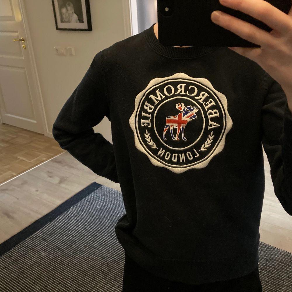 Jättesnygg sweatshirt från abercrombie and fitch🥰 Är en limited edition och finns bara att köpa i London. Är i strl xxs-xs och superbra skick😇 Köparen står för frakten!. Tröjor & Koftor.