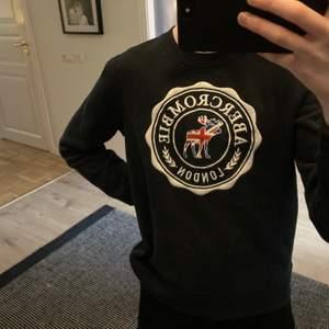 Jättesnygg sweatshirt från abercrombie and fitch🥰 Är en limited edition och finns bara att köpa i London. Är i strl xxs-xs och superbra skick😇 Köparen står för frakten!