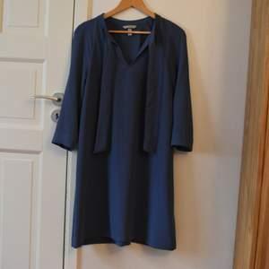 Fin blå klänning endast använd 1-2 gånger, väldigt fint skick. Kan knytas snyggt vid halsen.