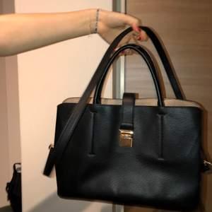 Svart väska. Originalpris 300kr. Väldigt bra skicka, knappt använd. Köparen står för frakten. Buda gärna i kommentarerna. Långt band medföljer 😌✨