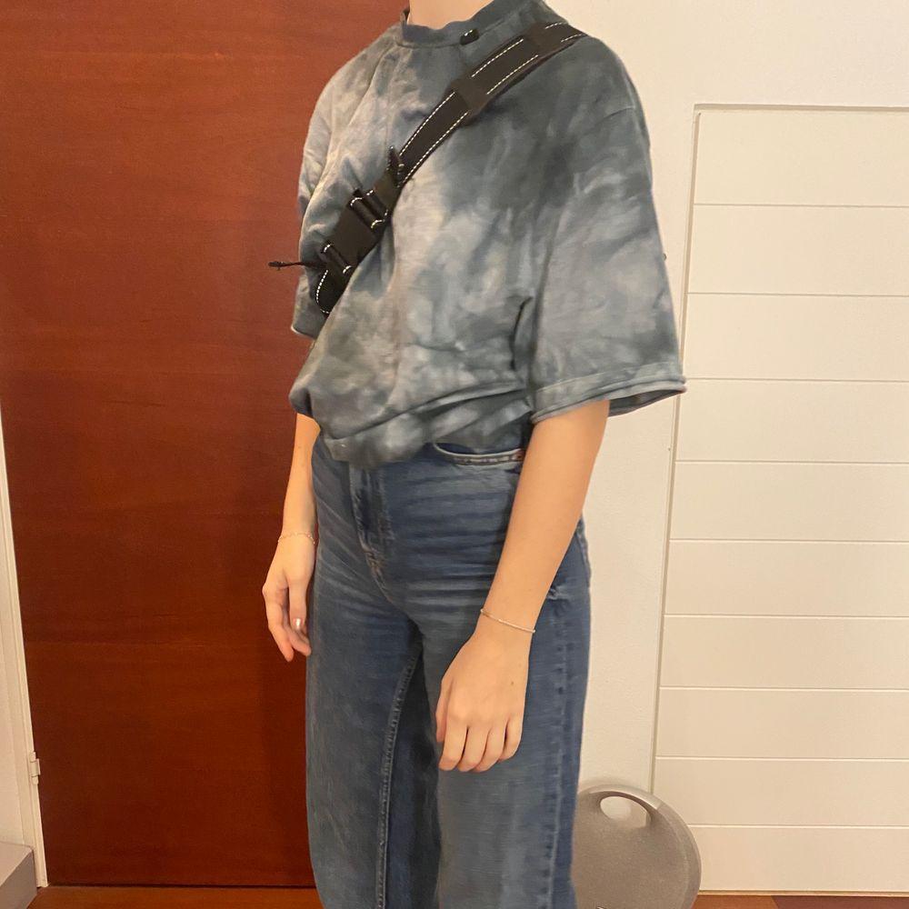 Väldigt retro och snygg tröja från asos collusion. Finns några lösa trådar där bak men det syns knappast då de sitter uppe vid kragen ❣️ Osäker på frakt, jeans säljs vid intresse genom meddelande!. T-shirts.
