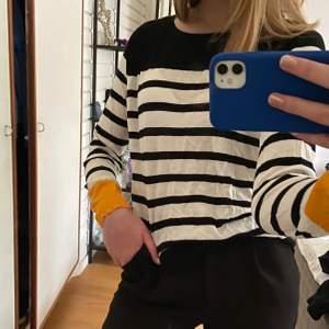 Randig tröja från zara med gullig gul detalj på muddarna. str S och i bra skick💞