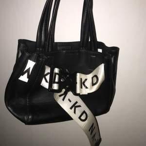 En jättesnygg nakd väska som köptes men aldrig kom till användning då jag har för många💕säljer för 65kr💕vid frågor och bud skorv privat💕går att mötas upp i Ulricehamn eller fraktas då köparen står för frakten💕