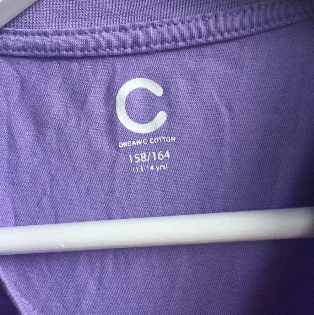 Cool pastel lila tröja med cool text på. Den är i barn storlek men skulle säg att den passar s/m. Den passar mig och jag är M. 🌟. T-shirts.