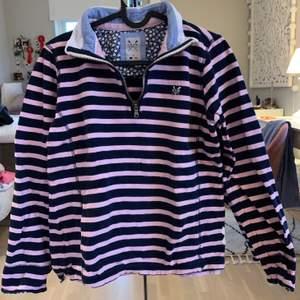 Snygg tröja i fint material! Knappt använd.