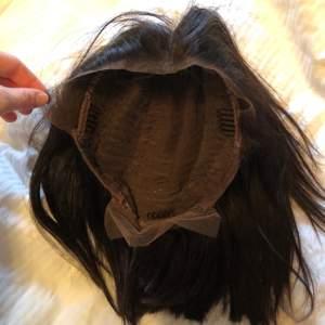 Äkta hår, Kort svart peruk med lacefront