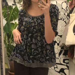 gullig blus/tunika/tröja (?) med grönt och blått mönster. frakt tillkommer:)