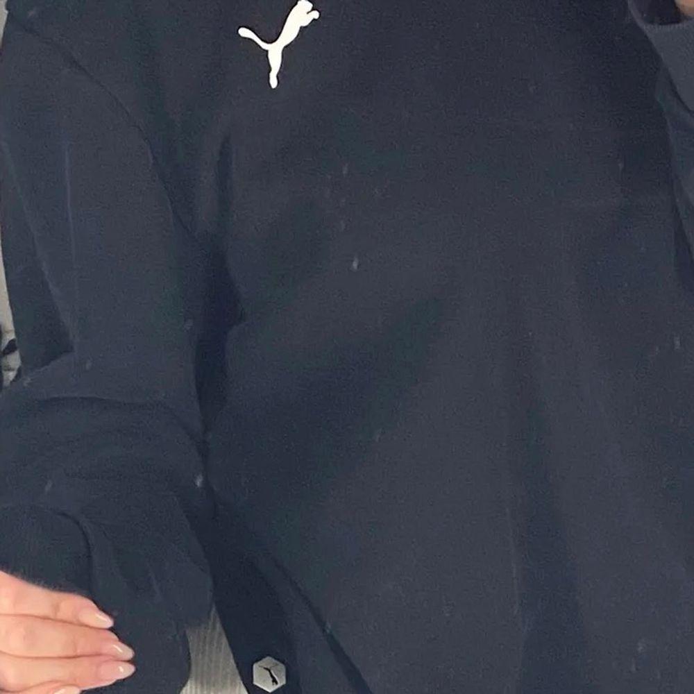 Skitfin sweatshirt från puma, (vet ej storlek) men passar en Xs-M mindre L beroende på hur man vill att den sitter, jätte fint skick. Tröjor & Koftor.