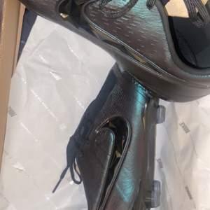 Fotbollsskor som jag köper och säljer för billigt pris runt 1200kr dom finns bara i storlek 42 och det ingår en matchande väska a den kommer med en box