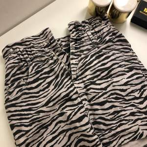 Jeanskjol med zebramönster från Zara. Volanger upptill, använd fåtal gånger 💖