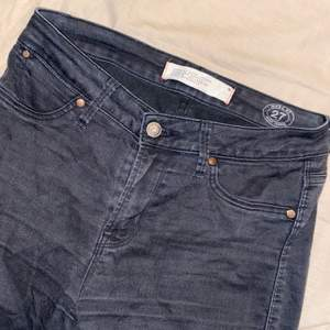Skitsnygga Marc Jacobs jeans i en Off Black färg storlek 27