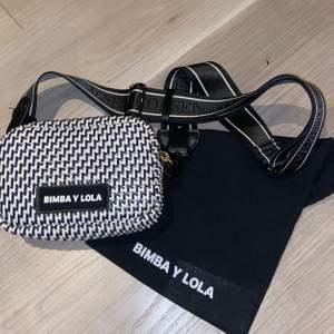 Säljer denna sjukt fina väskan från BIMBA Y LOLA med ett jättefint väskband från ilse Jacobsen. Får plats med det man behöver och är något unik så tror inte så många har den. 🧸💕Väskan kostar 1000kr i nypris och väskbandet 700kr.