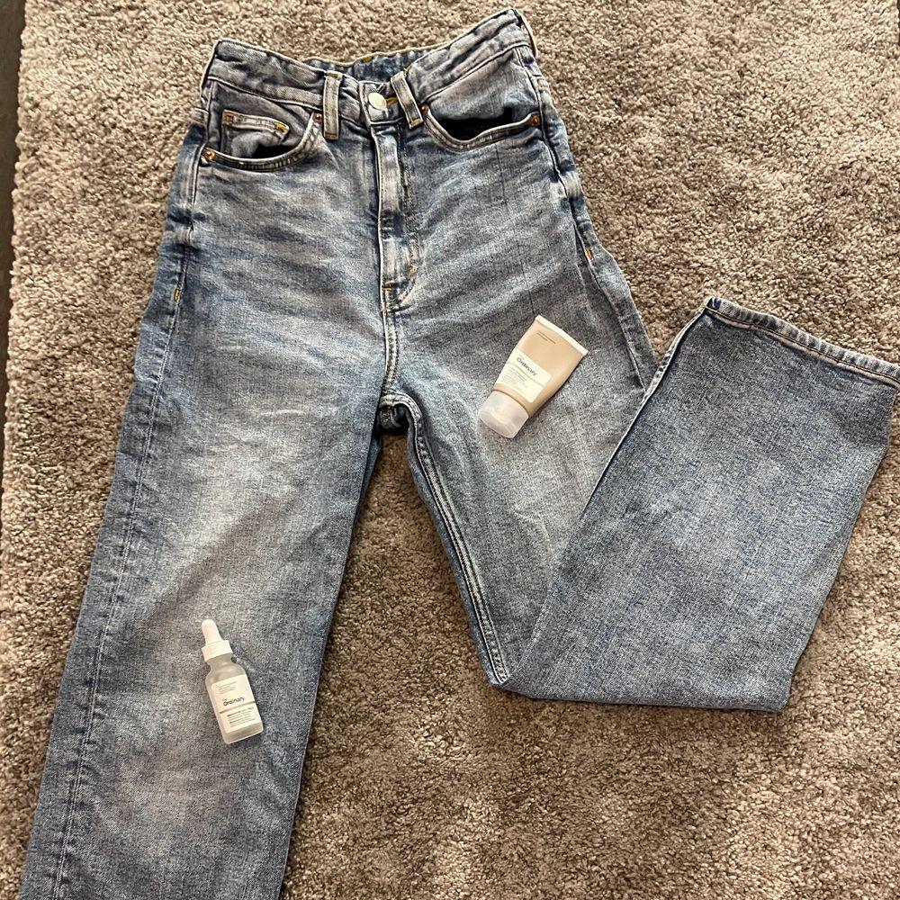 Super trendiga vida/raka jeans från Monki! Nypris 400kr slutsålda nu tror jag ser de aldrig i butik mer💖Säljes pga inte riktigt min stil på jeans! Äääälskar däremot färgen!🥰inga skador alls förutom att ibland kan det som sitter framför gylfen alltså tyget framför vika sig så man ser gylfen lite men det går nog att stryka för att få till rätta igen! De är inte urtvättade men aningen små i midjan (på mig) men alla är ju olika!❤️vid fler intresserade blir det budgivning!☺️kan nog få till spårbar frakt på 63kr om det önskas!💖 BUDA HÖGSTA BUD: 90kr. Jeans & Byxor.