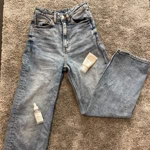 Super trendiga vida/raka jeans från Monki! Nypris 400kr slutsålda nu tror jag ser de aldrig i butik mer💖Säljes pga inte riktigt min stil på jeans! Äääälskar däremot färgen!🥰inga skador alls förutom att ibland kan det som sitter framför gylfen alltså tyget framför vika sig så man ser gylfen lite men det går nog att stryka för att få till rätta igen! De är inte urtvättade men aningen små i midjan (på mig) men alla är ju olika!❤️vid fler intresserade blir det budgivning!☺️kan nog få till spårbar frakt på 63kr om det önskas!💖 BUDA HÖGSTA BUD: 90kr