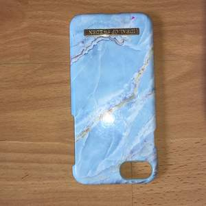 Det här skarlet är nästan helt oanvänt, det är blått marmor med små guldetsljer på. Det passar för IPhone 6/6s/7/8
