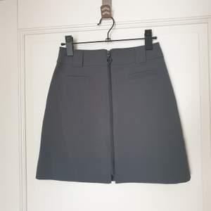 Grå kjol. Vintage H&M. 68 cm i midjan. Lite stretchig