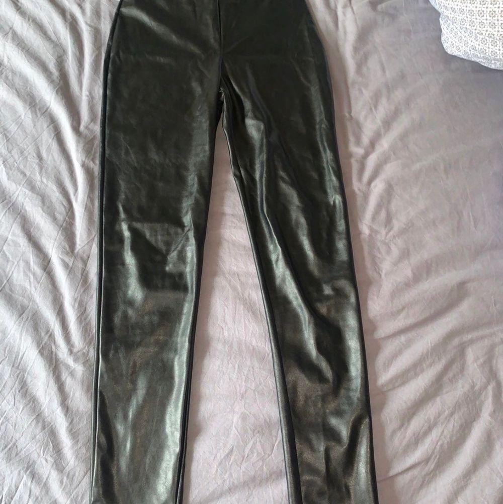 Läderbyxor från Nelly.com. Använda två gånger och i fint skick. Storlek S. Köpta för 349kr. Höga i midjan och skönt material. Priset är inkluderat frakt. Skrynkliga på bild men fina när man sätter på sig.. Jeans & Byxor.