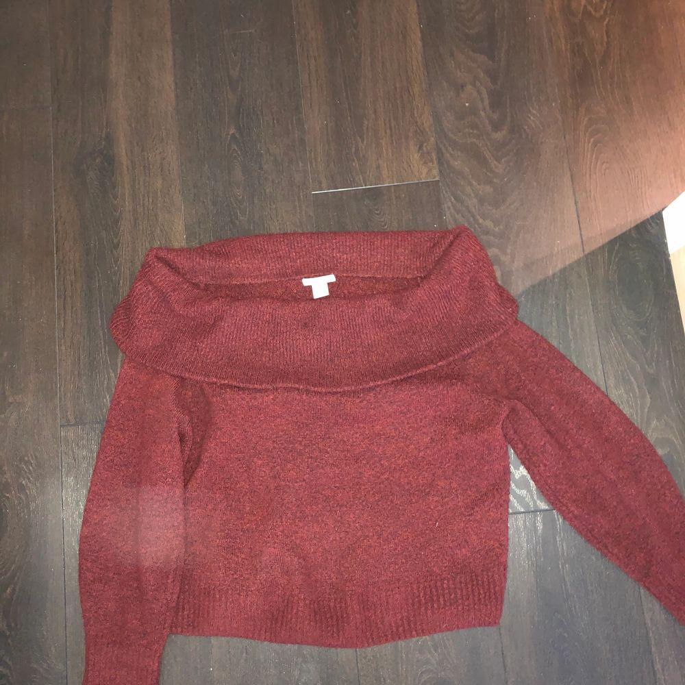 Säljer en stickad off-shoulder tröja ifrån H&M. Använd ett antal gånger men fortfarande i väldigt bra skick. Köpt för 250 kr och säljer nu för 100. Väldigt mysig och perfekt till hösten! Kan mötas upp i Stockholm, annars står köparen för frakt.. Stickat.