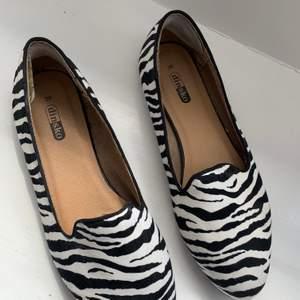 Ett par ballerina skor i zebra mönster från dinsko i storlek 39. 🖤 Använda några gånger, tyvärr har det gått upp en liten bit av skon vid hälen men det är inget som märks när man har på sig dom :) Säljer för 155 kr + frakt 🖤