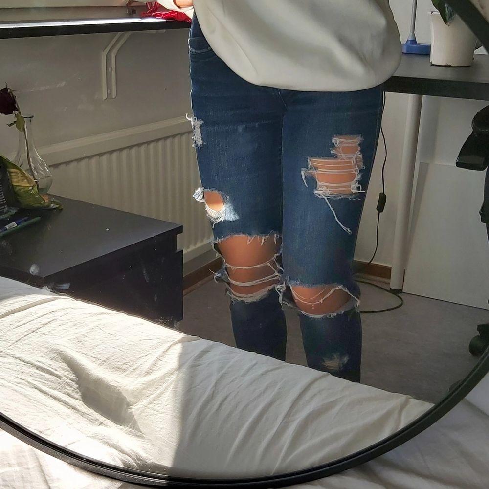 Ripped Jeans från Dolce & Gabbana (fejk). Det står ingen storlek men de passar mig som är en Xs/S. Kan mötas upp i Lund/Malmö annars står köparen för frakten:) . Jeans & Byxor.