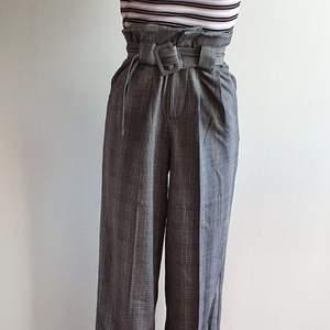 Snygga byxor från Gina Tricot i storlek S. Vida och väldigt sköna! De är endast använda ett par gånger och är som nya. Kan mötas upp i Uppsala/Stockholm, alternativt skicka mot fraktkostnad.💛