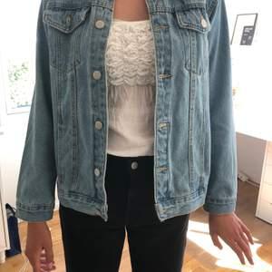 Säljer denna coola jeansjackan med tryck på ryggen ifrån bohoo men köpt här på Plick. Storlek 38 men ganska liten i storleken. Använd en gång så den är i bra skick☺️