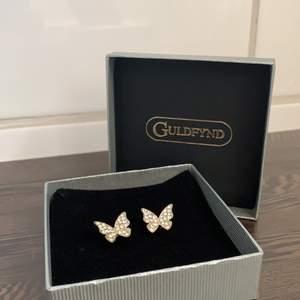 Guldiga och silvriga fjärilsörhängen från Guldfynd! Riktigt fina och aldrig använda! Köparen står för frakt!✨💓 Frakt: Ca 7kr