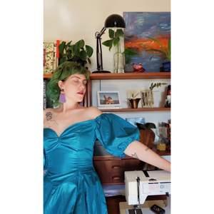 Egensydd klänning, inspirerad av 80-talet. (Gjord för en medelstor byst, typ C)