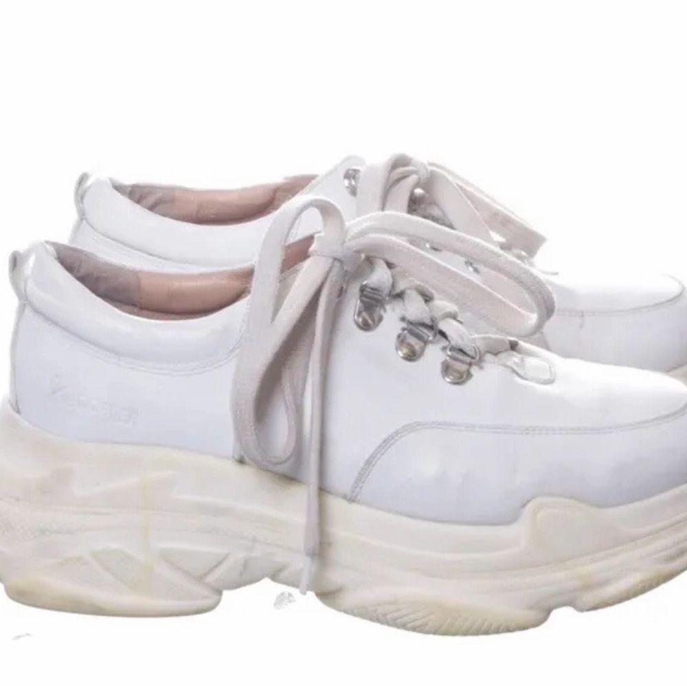 Säljer fåtal använda vita sneakers från k.cobler strl.39. Skor.