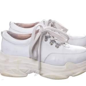 Säljer fåtal använda vita sneakers från k.cobler strl.39