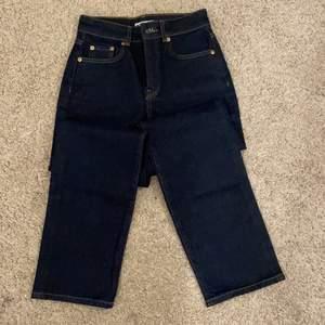 Extremt snygga Jeans från Gina Tricot i Storlek 34. Dessa har bara används endast 1 gång och är alltså i nytt skick!🤩 om du är intresserad är de bara att kontakta 🥰