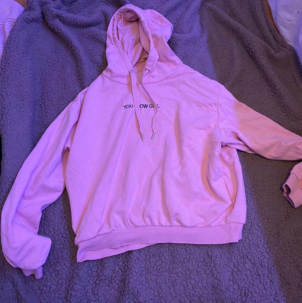 """Rosa hoodie med texten """"you glow girl"""". Ganska använd. L. Fraktar eller möts upp i Sthlm. VILL BLI AV MED ALLT. Tröjor & Koftor."""