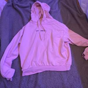 """Rosa hoodie med texten """"you glow girl"""". Ganska använd. L. Fraktar eller möts upp i Sthlm. VILL BLI AV MED ALLT"""