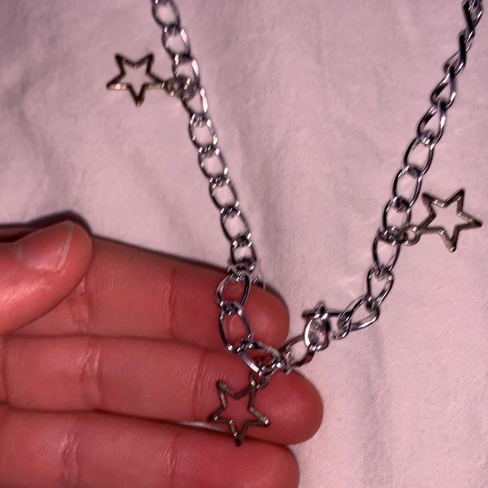 Skitsnyggt silrigt stjärn halsband med kedja!😍 jag har gjort den själv och den är i super bra skick! Aldrig andvänd <3 jag står för halva frakten😍. Accessoarer.