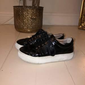 Ett par coola svarta sneakers i lack material. Köpta på Scorett för 1200kr. Storlek 38