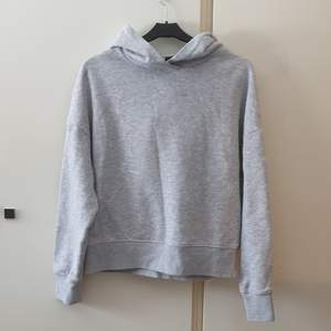 Grå hoodie i fint skick väldigt mjuk och varm att använda för layering! Säljer då den inte kommer till användning :( något noppig kan skicka bilder! Annars utmärkt skick