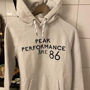 Jättesnygg hoodie från peak performance i jättebra skick! Storlek s