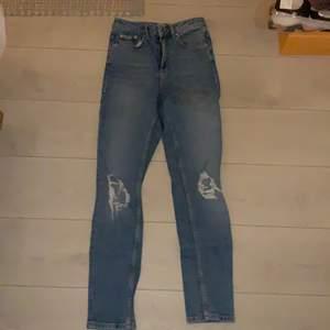 Jeans från Gina tricot i stl 34. Säljer pga att jag växt ur de. Längre mom jeans modell. Modellen enligt Gina heter den leah.