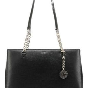 Super duper snygg DKNY väska. Använd väldigt få gånger, ny skick. Inga slitningar eller fula märken på den. Skicka ett meddelande så kan ni få lite mer verkliga bilder!