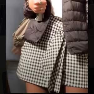 """Så fina rutiga shorts/kjol med en liten """"rosett"""" på. Använd typ 2 gånger. Storlek S"""
